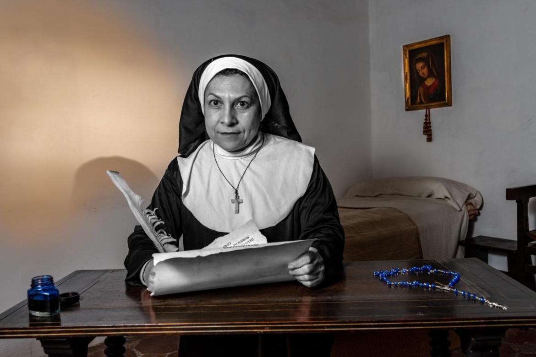 """ISABEL DE VILLENA Isabel té el mèrit de ser una de les primeres escriptores conegudes en la nostra llengua i va ser una de les primeres feministes que coneixem. Era filla il.legítima del noble Enric de Villena i en quedarse òrfena va anar a viure amb la reina Maria, esposa d'Alfons el Magnànim, va rebre la seua educació a la cort, parlava llatí i coneixia els escriptors clàssics. Amb quinze anys, va ingressar en el convent de las """"Franciscanas Clarisas de la Santísima Trinitat"""" de València i va arribar a ser abadessa del convent."""