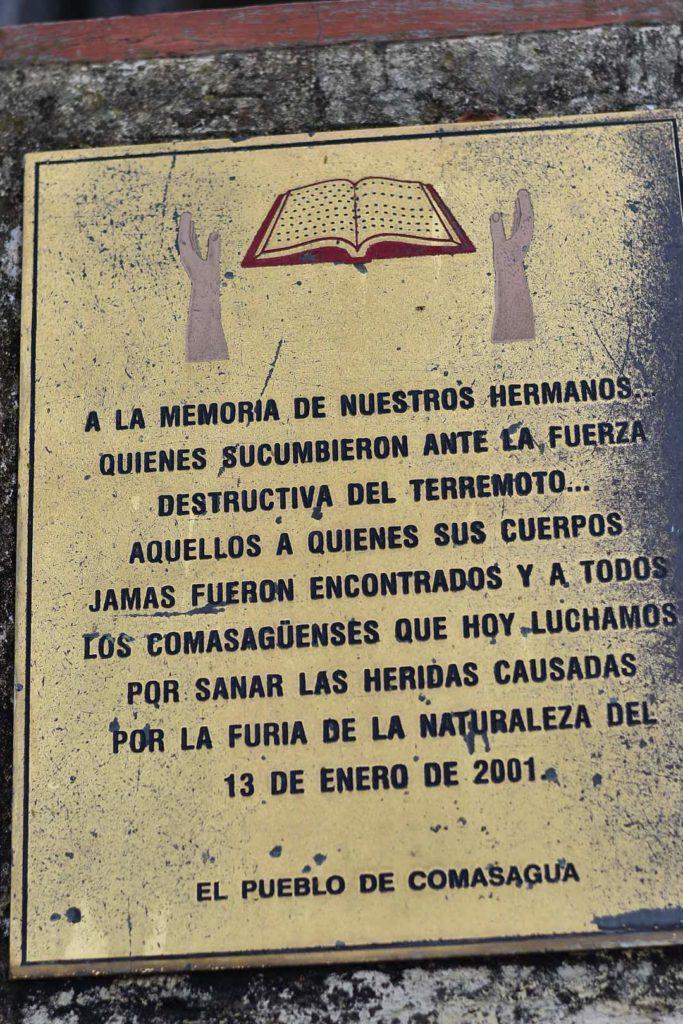 Placa que recuerda las víctimas del terremoto del año 2001