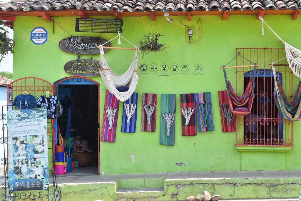 Fachada de uno de los negocios de venta de artesanías