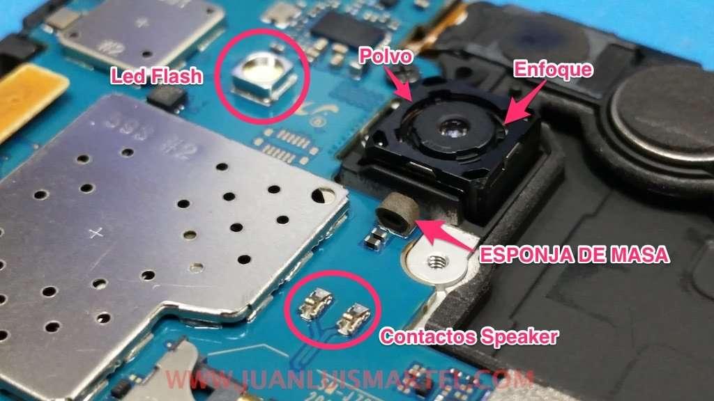 flash LED, limpiar polvo lente camara trasera, conector del altavoz o receiver.