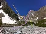 Las piedras (bloques inicialmente), son arrastrados hacia abajo, en el interior del glaciar (vemos el Glaciar Noir). Han caído de las paredes rocosas, incluso de los picos más altos (violeta). Morrena Lateral perfecta (flecha verde). Avance de la lengua del Glaciar (naranja).