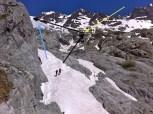 Atravesando un Nevero, hacia el Refugio del Glaciar Blanc (amarillo). Inicio del Glaciar Blanc (azul). Camino a seguir (negras)