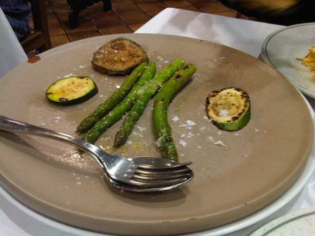 Espárragos verdes a la plancha con calabacín, berenjena y sal Maldon