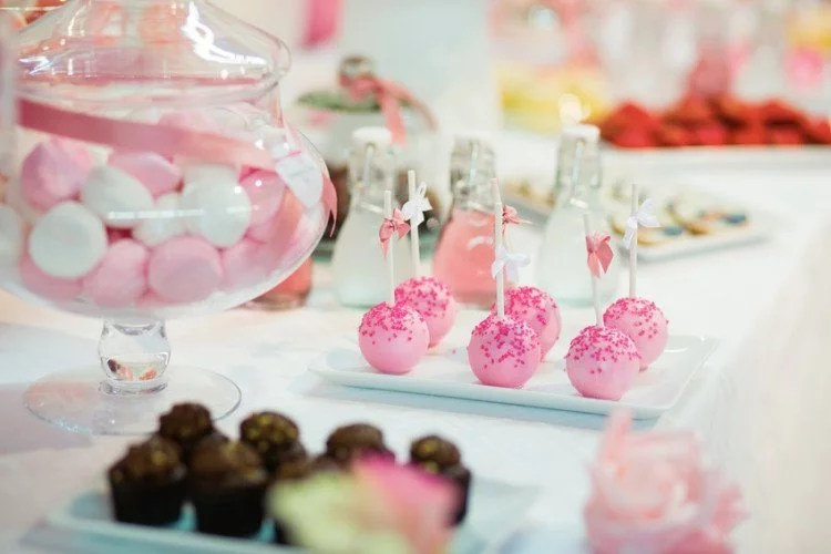 Pink cake pops on a dessert table at party www.jubeltage.at