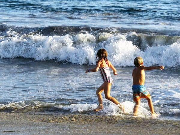adult sibling relationships_kids+beach