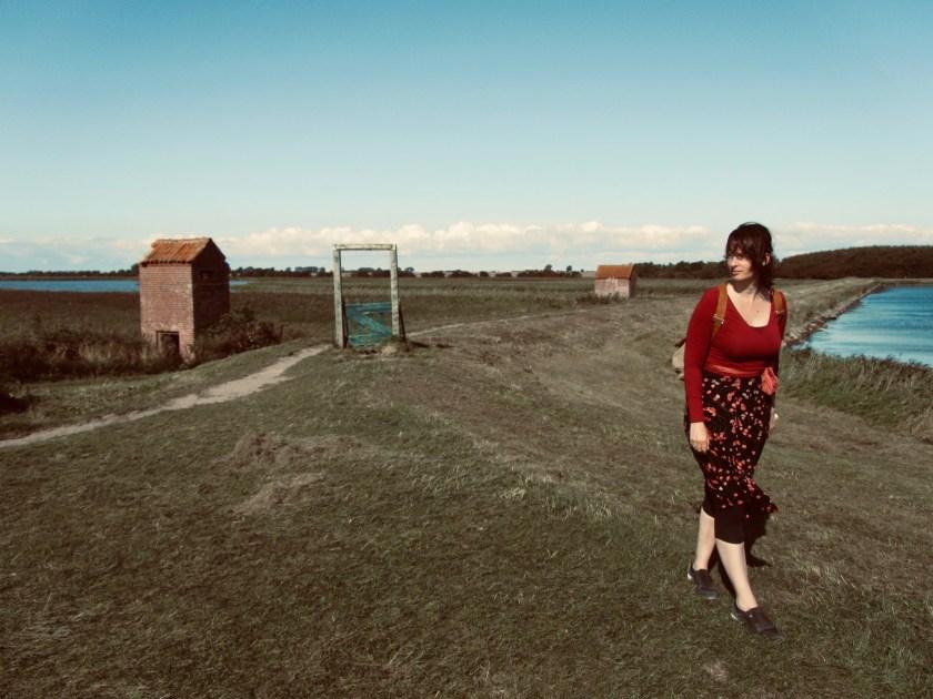 Foto von Judith Schaefer auf einem Deich. Foto von Philipp Bloemeke