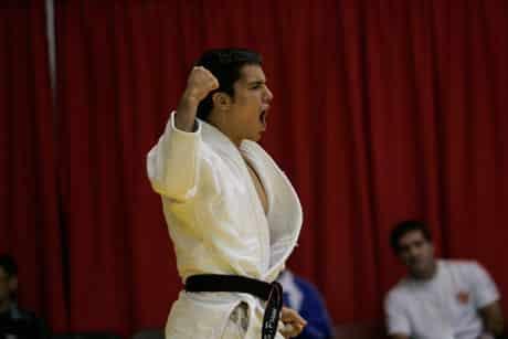 Judoka célébrant une victoire.