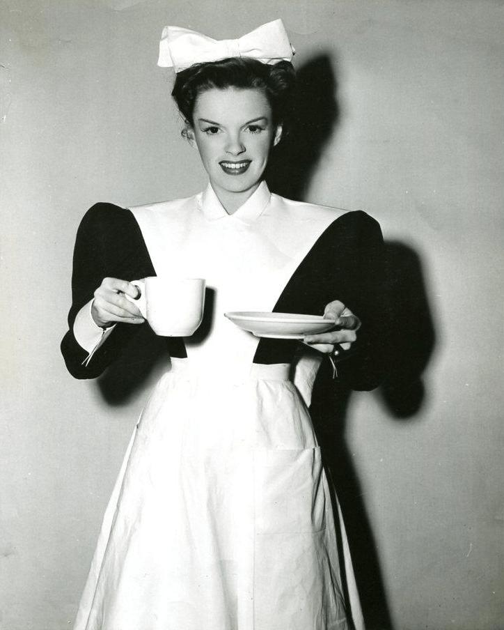 Judy-Garland-serves-coffee