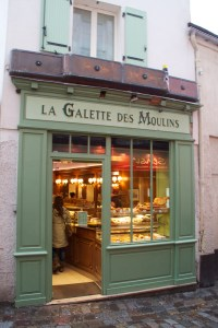 Une boulangerie dans Montmarte.  (A bakery in Montmartre District of Paris.)