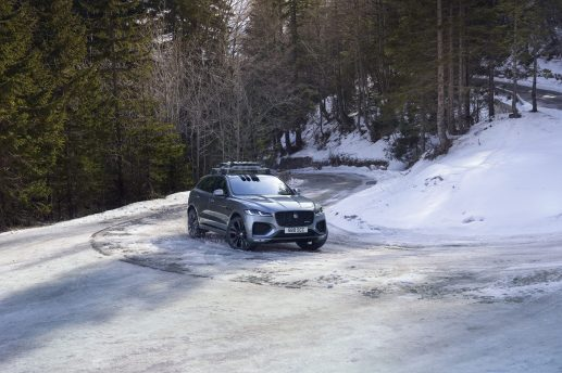 Jag_F-PACE_21MY_42_Location_Driving_150920_SI_009_GLHD