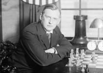 Alexander Alekhine mirando fijamente a la cámara mientras juega al ajedrez