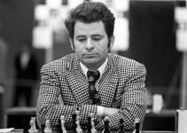 Boris Spassky de traje y corbata mirando abajo pensando y jugando al ajedrez