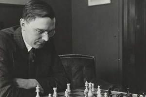Max Euwe pensando y jugando al ajedrez foto blanco y negro