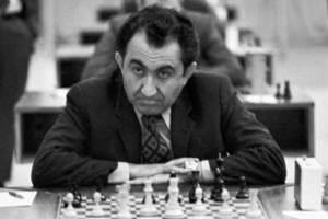 Tigran Petrosian mirando de frente a su derecha mientras juega al ajedrez