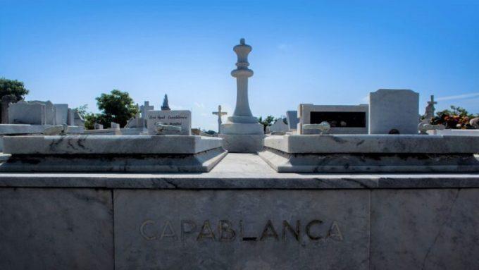 Jose Raul Capablanca - Su tumba incluye una pieza de ajedrez gigante