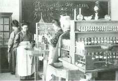 日本女子大学の化学の授業風景 図説日本史通覧P241