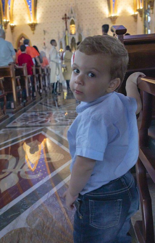 Criança inocente na Igreja dos Arautos JF