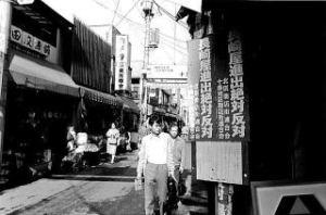 「長崎屋進出絶対反対」のポスター 掲示風景(十条銀座3区付近)