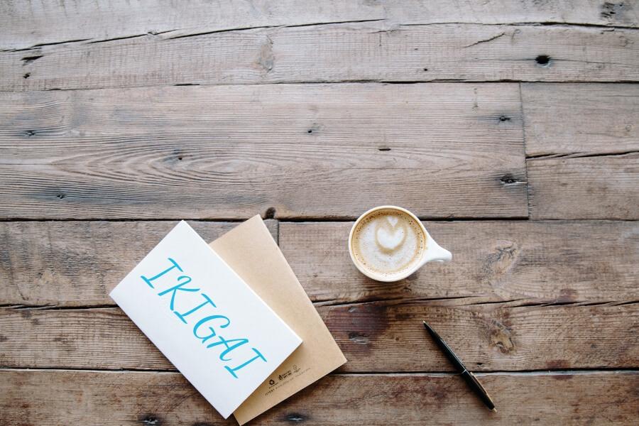 Ikigai photo flatlay d'un café et d'un carnet avec écrit ikigai