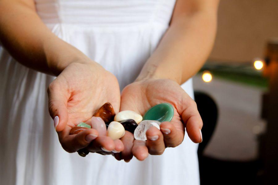 Lithothérapie : 8 pierres bien-être et leurs vertus sur Jujubehappy. Découvre ce super guide de lithothérapie : qu'est-ce que c'est, les pierres de soin, comment recharger ses pierres,.. #lithotherapy