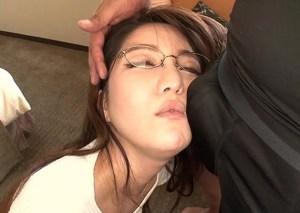 『どうか私を性処理道具にしてください…』精飲プレイにハマる素人美人メガネ妻!