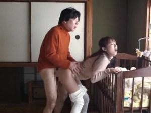 『誰でもいいの…ファックして~!』育児ストレス妻が、寝ている赤ちゃんを見ながら立ちバックでナンパ連れ込み即エッチ!
