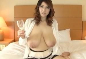 【メガネ母乳・ハメ撮り】Lカップのホルスタイン乳から乳搾り!デカ乳輪で陰毛ワッサワッサのワイルドボディー熟女の母乳噴射SEX