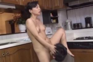 【伊藤まい】キッチンで息子と近親相姦!夫の食事そっちのけで、全裸で息子チ●ポに跨って、Gスポットごりごり削る淫乱ピストン交尾!