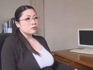 【七草ちとせ】ぽっちゃり豊満熟女のメガネ先生が、理事長室で生徒と中出し肉弾セックス!ムチムチま○こが、ザーメンまみれ~~~!