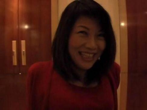 50代の熟女義母が息子とラブホテルで個人撮影をした動画が流出したおばさんの陰核無料