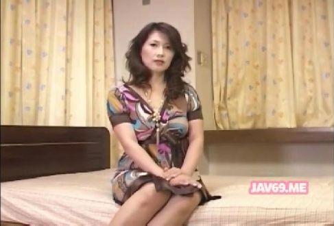 50歳の普通の主婦がポルノビデオに出演して久しぶりの性交に思わず興奮する熟女おばさんの陰核動画無料