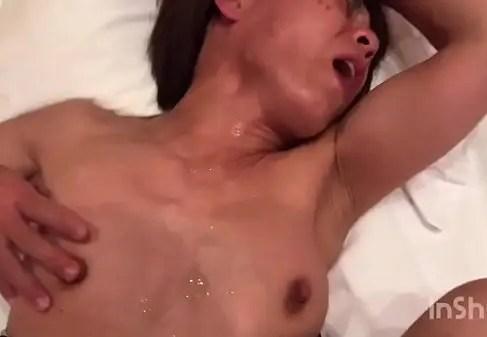 スレンダーな熟女妻がクリトリスを弄りながらおまんこを突かれ激しく喘ぐ無修正熟女動画