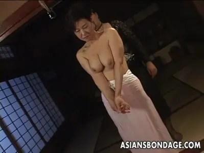 熟年女優の里中亜矢子が緊縛快感責めで悶絶してるおばさんの動画