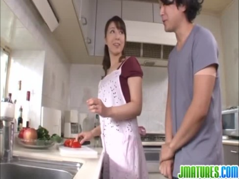 家政婦をしてる40代の熟年女ひとずまがご主人様に迫られて台所でせつくすおばさんしちゃうjyukujo無料モザナシ