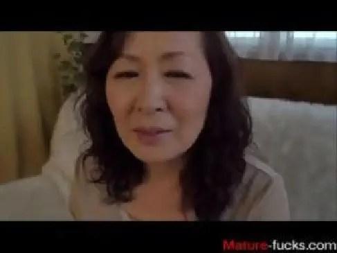還暦を迎えた田舎のおばあさんがポルノビデオに出演しておめこを突かれ喘ぐ60代動画画像無料