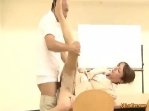 長身美熟女教師が用務員のおじさんと教室で本能のままにセックスをしてる日活ロマン無料おばさん動画