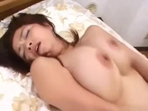 久しぶりの性交に興奮しておまんこを濡らしてる爆乳美熟女妻の塾女性誌50a 画像