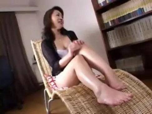 マダム系五十路熟女が夫婦の寝室で他人棒とセックスして悦んでるオバチャンノ-パン
