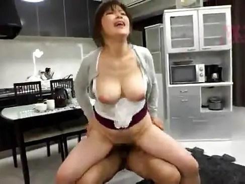 自宅リビングで業者に犯されながら激しく感じちゃう爆にゅう動画yu-tyubuおばさん
