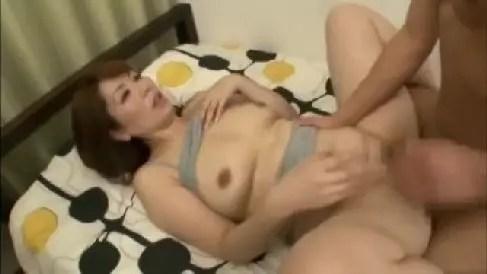 欲求不満な美熟女の家政婦が仕事先の男達を誘惑し寝取っちゃう熟年女性動画