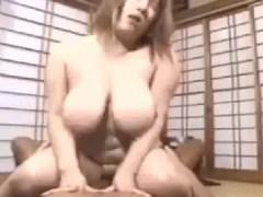 爆乳な豊満熟女がおまんこを突かれ敏感な反応をしながら悶える無修正熟女動画