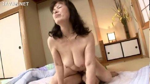 還暦過ぎた熟女が若い男と久々のセックスでハッスルしちゃう高齢熟女動画