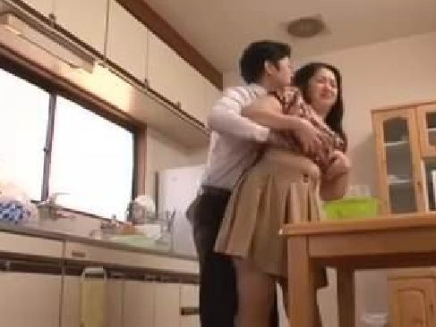 豊満熟女の母が息子と夫に身体を弄ばれながらスリルを受け入れる熟年夫婦生活動画