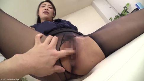 爆乳熟女がカメラ目線でちんこをしごきながらおまんこを濡らす熟女動画
