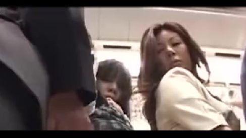 満員電車で痴漢される女性を見て自らお尻を突き出し痴漢男と絡み合う淫乱な人妻熟女の動画