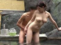 巨乳な若妻が混浴風呂でゲームをしながら欲情していく人妻盗撮動画