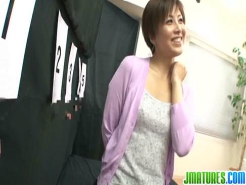 熟年女優の桐岡さつきがチンポ当てゲームに失敗!罰としてパイパンおまんこをハメられてるjyukujo動画画像無料