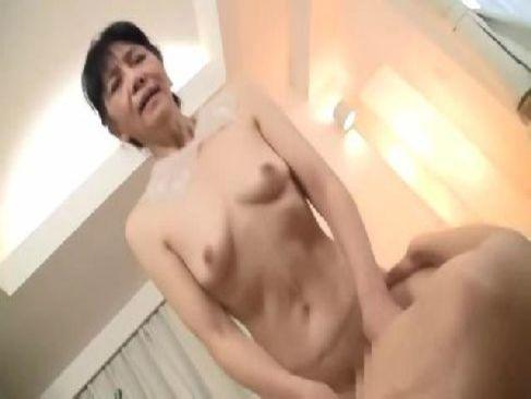 60代の完熟した貧乳の老女が久しぶりのセックスに興奮しておまんこを濡らす還暦動画画像無料