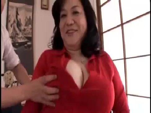 還暦を過ぎた豊満完熟なおばあさんが自宅の寝室でAV出演してるおめこな塾女性雑誌動画60代尾