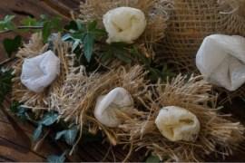 DIY-Blumen, grüner Daumen, Ralph Waldo Emerson, Scheunenhochzeit, Spitzen-Vintage-Look, Tischdeko Hochzeit, Vintage Wedding